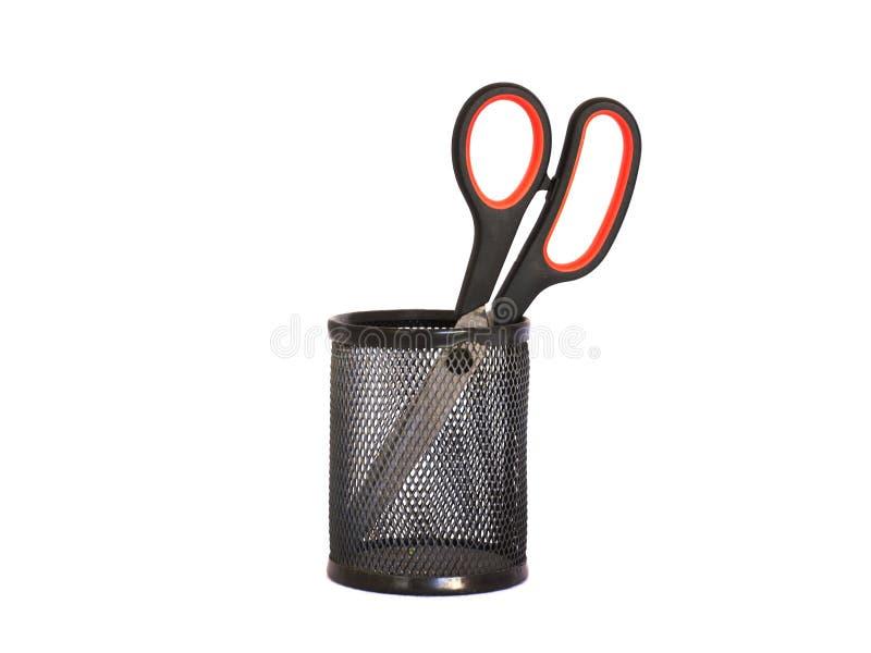 Nożyce z czerwoną rękojeścią w czarnym metalu właścicielu isolate fotografia stock