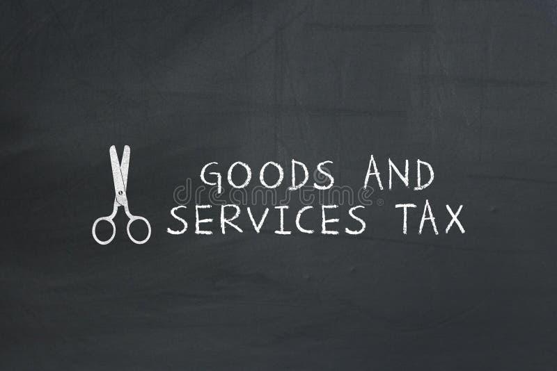 Nożyce Z towary i usługi podatku tekstem na chalkboard zdjęcie stock
