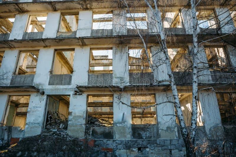No acab? el edificio europeo arruinado abandonado, ventanas vac?as y los muros de cemento imagen de archivo libre de regalías