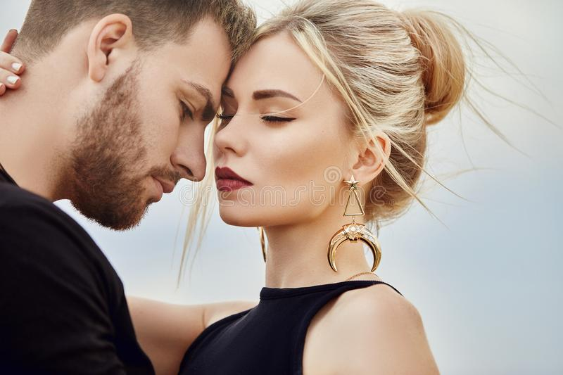 No amor o par oriental nas montanhas de Cappadocia abraça e beijos Amor e emoções que amam os pares que vacationing em Turquia cl fotografia de stock royalty free