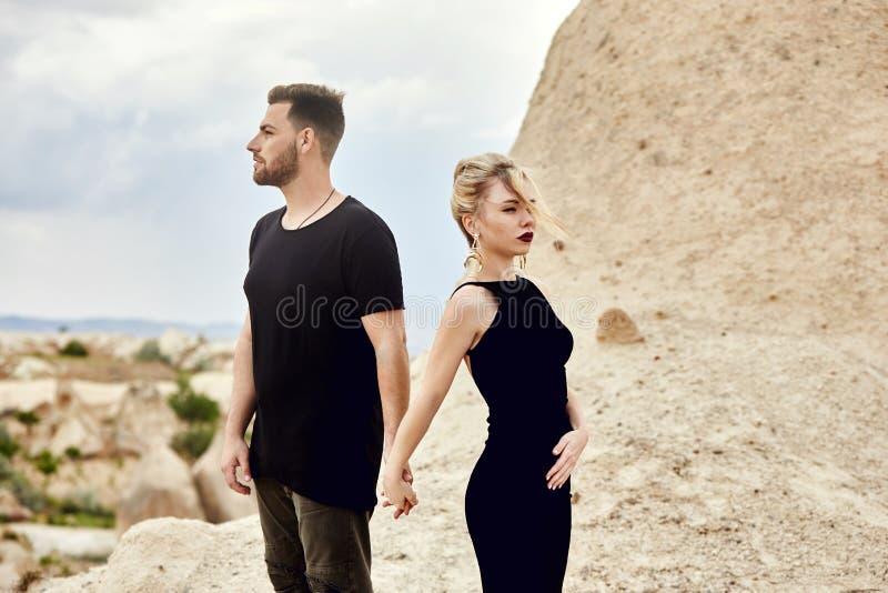 No amor o par oriental nas montanhas de Cappadocia abraça e beijos Amor e emoções que amam os pares que vacationing em Turquia cl fotos de stock royalty free