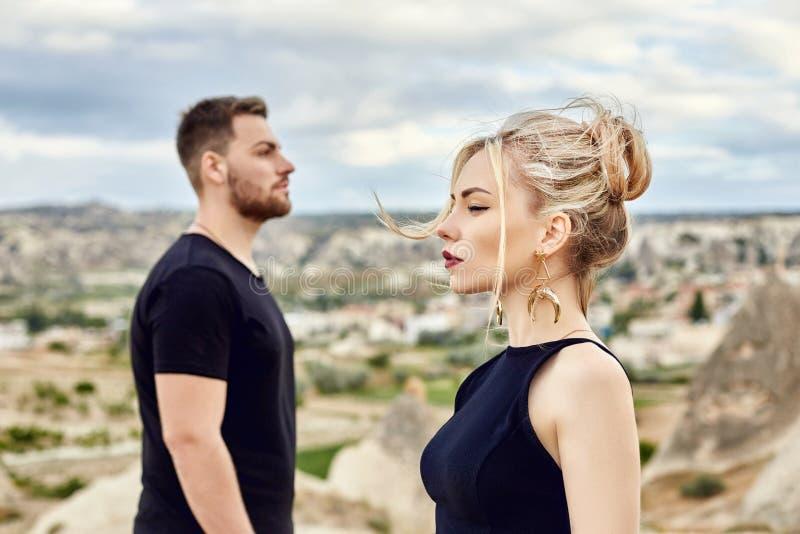 No amor o par oriental nas montanhas de Cappadocia abraça e beijos Amor e emoções que amam os pares que vacationing em Turquia cl foto de stock royalty free