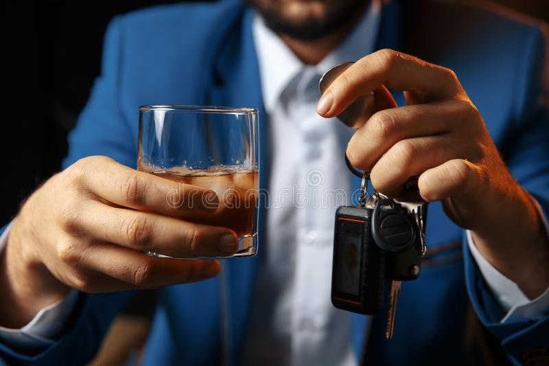 No beba y no conduzca la imagen cosechada del coche que habla del hombre borracho fotografía de archivo