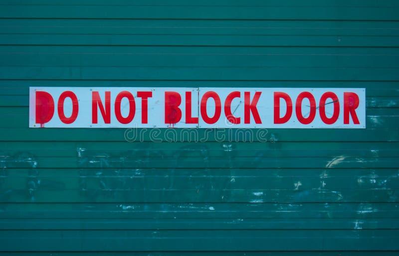 No blokuje drzwi znaka przed garażem zdjęcie stock