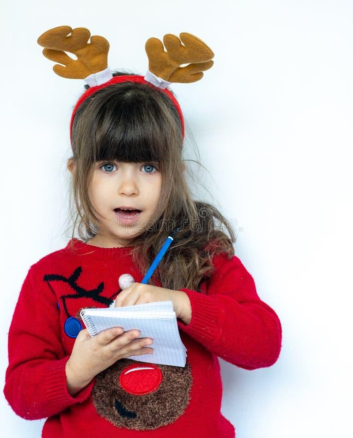 No! no!! Bożenarodzeniowa sprzedaż Piękny zdziwiony dziecka mienia pióro i pisać obrazy royalty free