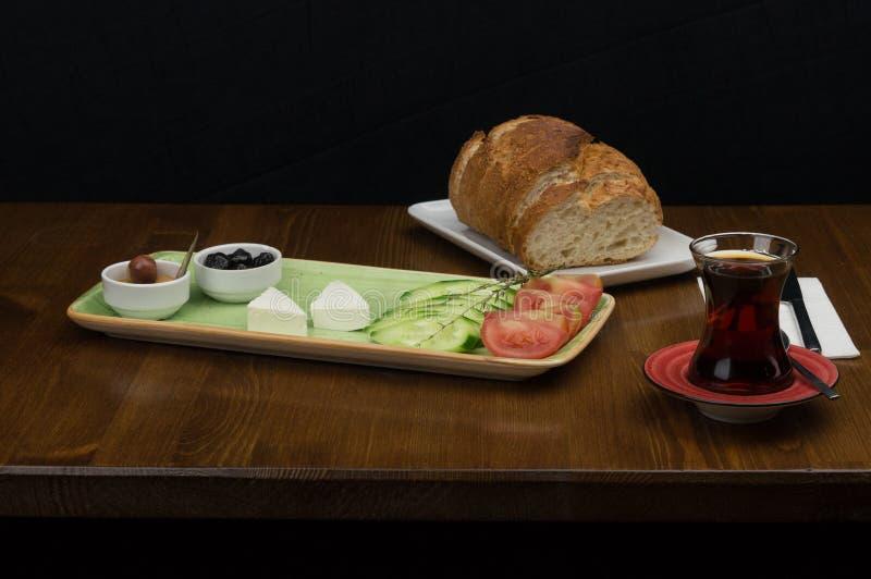 no café da manhã, bandeja verde-oliva do queijo do tomate do pepino fotografia de stock