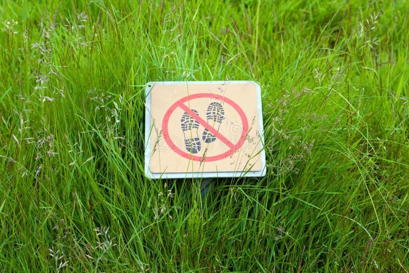 No camine en la muestra de la hierba en el parque nacional islandés fotos de archivo