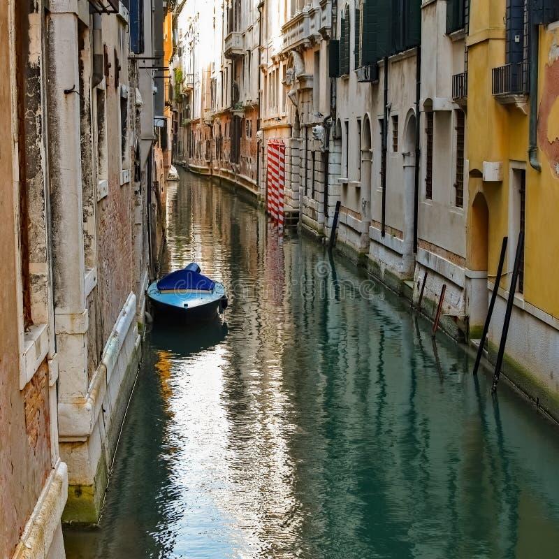 No canal de Veneza do estacionamento da rua foto de stock