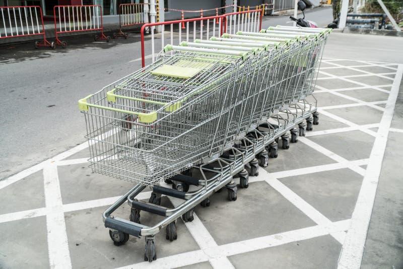 No carrinho de compras entre nas rodas do carro da mercadoria foto de stock
