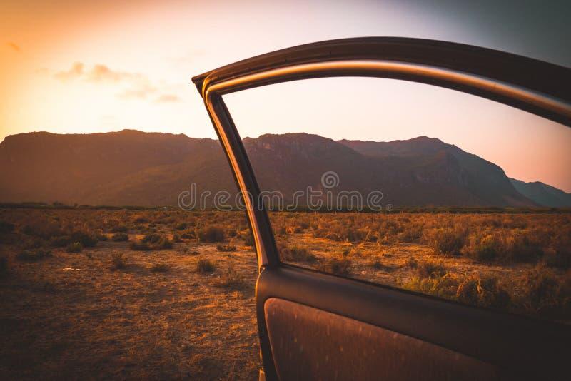 No carro Férias de verão e curso, paisagem bonita do por do sol romântico do st da montanha da viagem por estrada fotos de stock