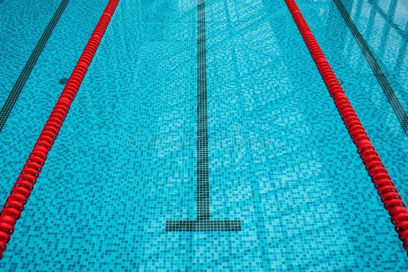 No centro uma plataforma para o começo e a pista da piscina foto de stock royalty free