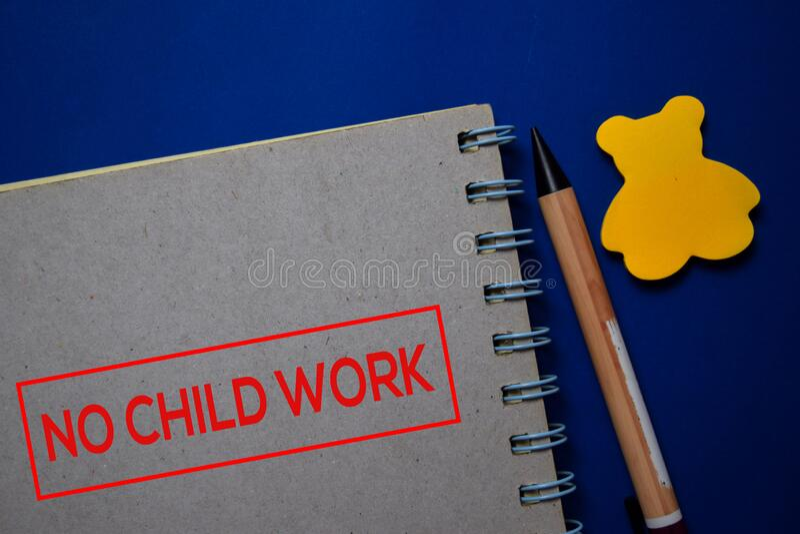 NO Child Work schrijft op een boek dat op blauwe achtergrond wordt geïsoleerd stock fotografie