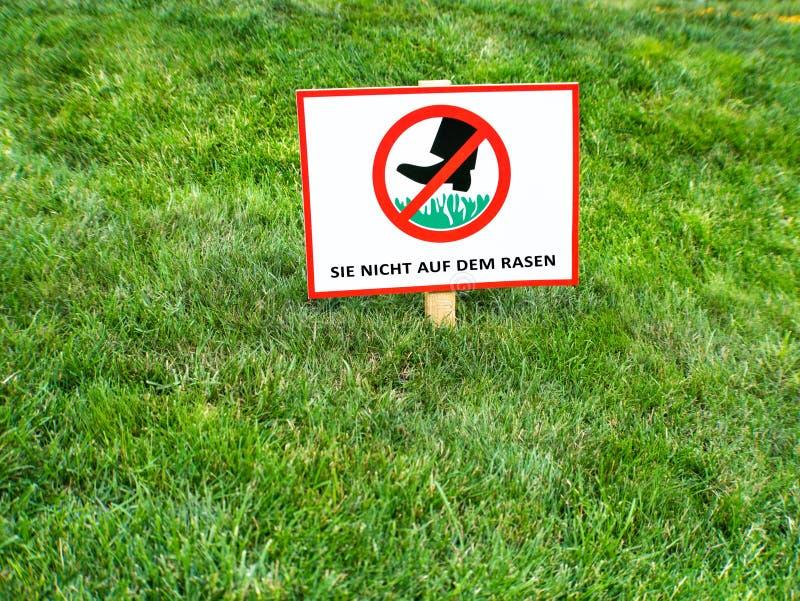 NO CHODZI NA gazonach Zadawala utrzymanie z trawy podpisywać wewnątrz Niemieckiego języka zdjęcie royalty free