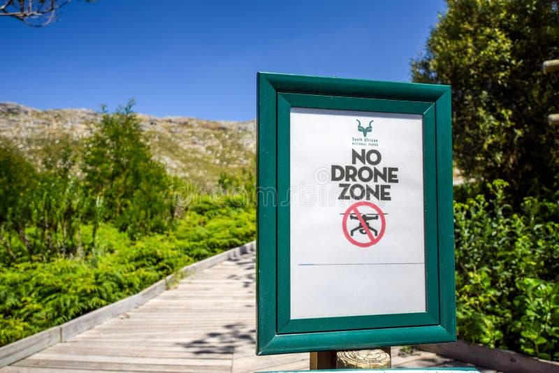 No cierre para arriba de un ` ninguna muestra de la prohibición del ` de la zona del abejón en la entrada de la reserva de natura fotografía de archivo