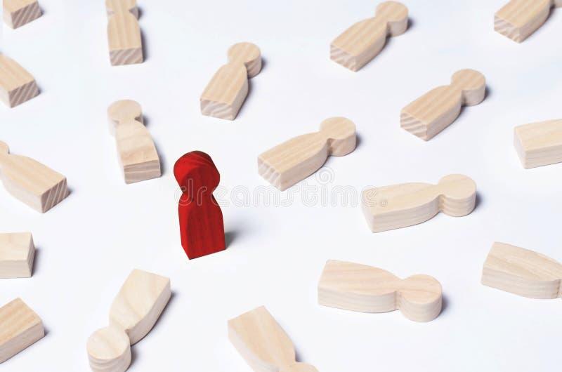 No como todo el mundo El hombre rojo se coloca en el medio de opositores de mentira El concepto de excelencia, éxito empresarial imágenes de archivo libres de regalías