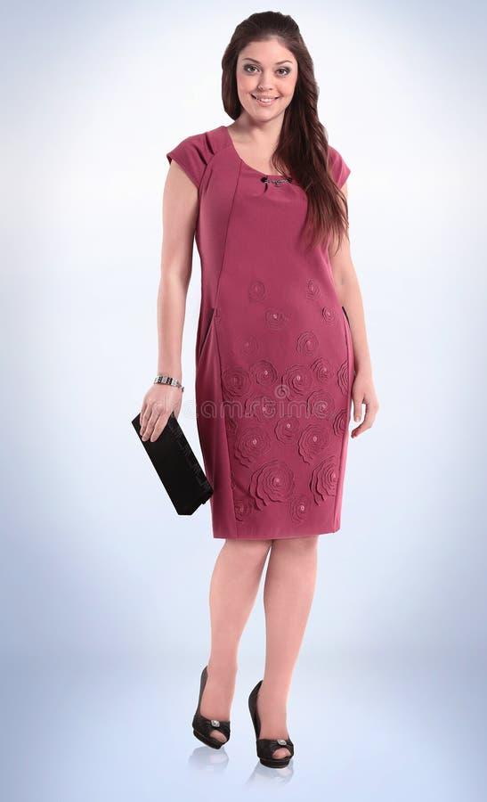 No crescimento completo jovem mulher à moda em um vestido lilás do verão foto de stock