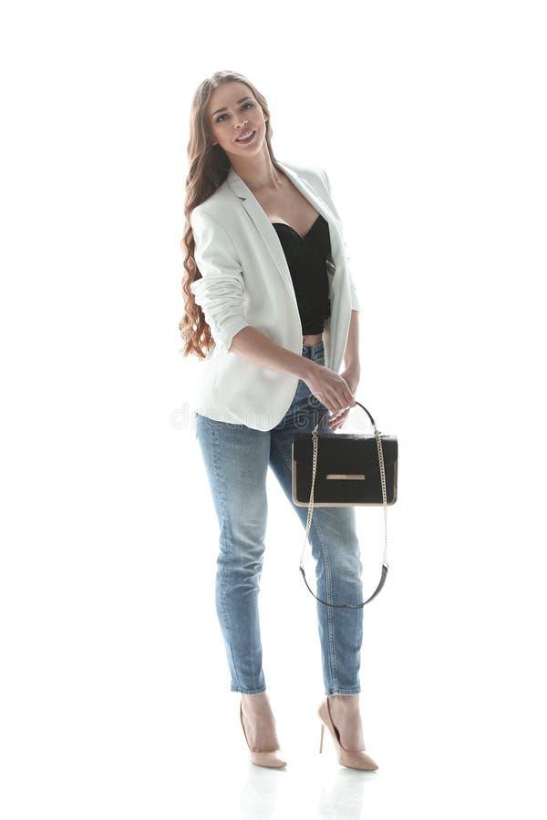 No crescimento completo jovem mulher bem sucedida com um saco gracioso Isolado no branco fotos de stock