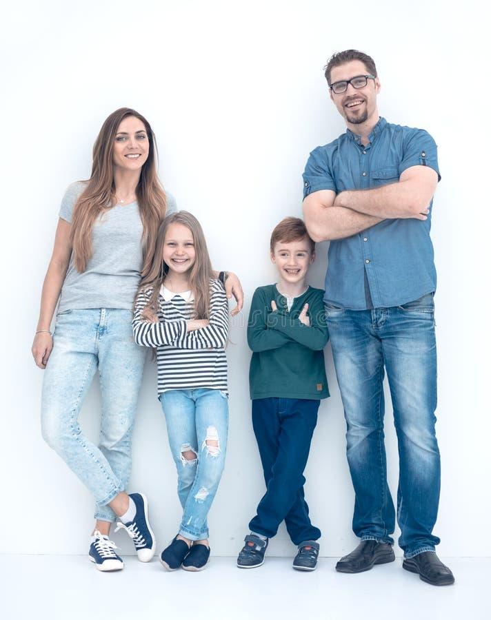 No crescimento completo Retrato de uma família feliz fotografia de stock