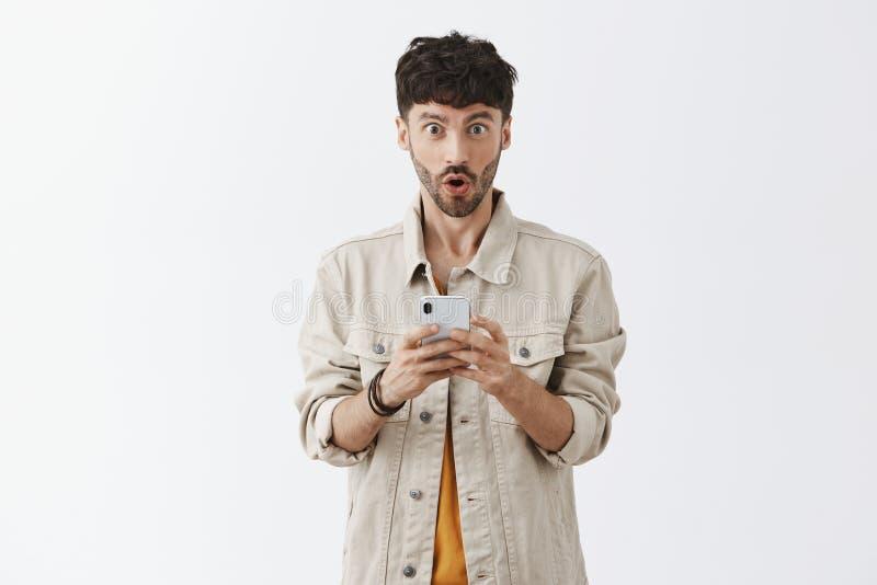 No! no! czek ja out jaki wiadomość otrzymywał Portret zdziwiony zadziwiający przystojny modny mężczyzna z brody falcowania wargam zdjęcie stock
