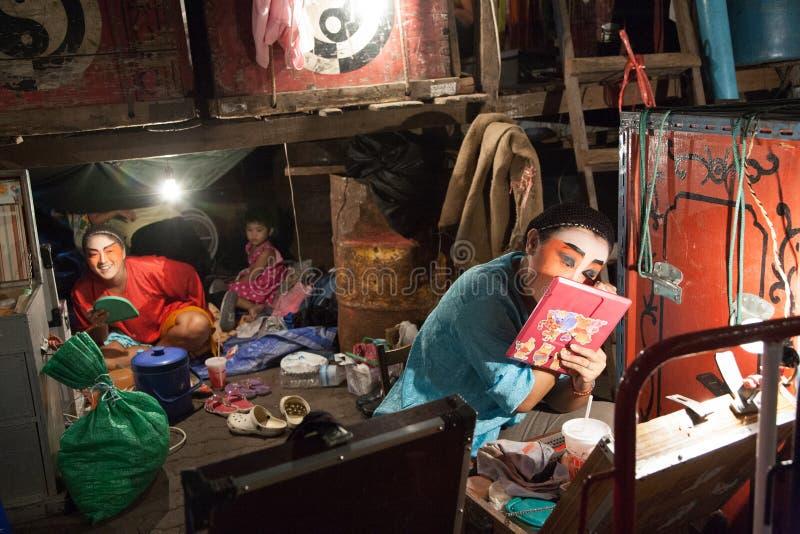 No de bastidores de uma ópera chinesa, os atores terminam vestir-se e imagens de stock