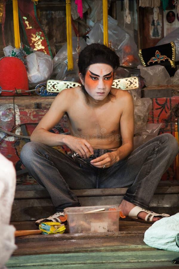 No de bastidores de uma ópera chinesa, os atores terminam vestir-se e fotos de stock royalty free