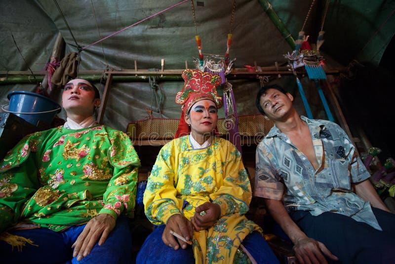 No de bastidores de uma ópera chinesa, os atores terminam vestir-se e fotos de stock