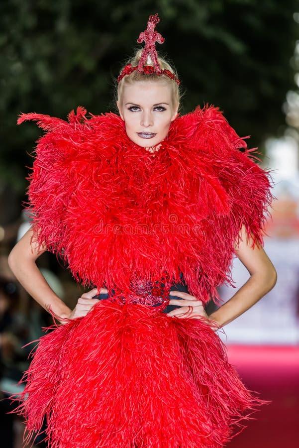 No desfile de moda 2012 do verão da mola do vu da candonga da aura imagens de stock