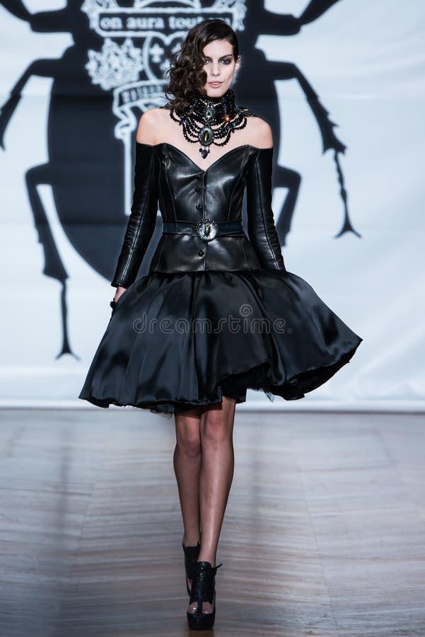No desfile de moda 2013 do verão da mola do vu da candonga da aura fotografia de stock