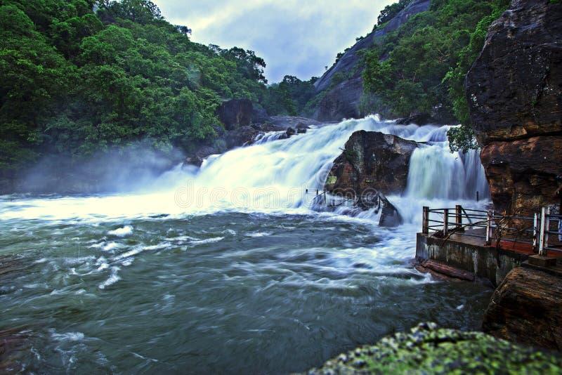 No dia chuvoso uma água manimuthar cai com inundações pesadas foto de stock