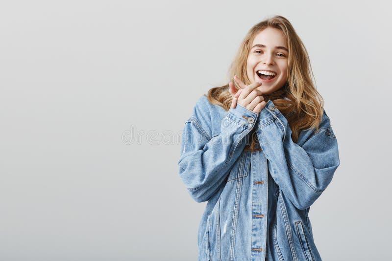 No! no!, dzięki to kwitnie wspaniałego Portret dotykająca zadowolona młoda kobieta z blondynu tulenia palmami zbliża klatkę piers zdjęcia royalty free