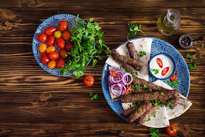 No espeto adana, galinha, cordeiro e carne no pão do lavash com molho foto de stock