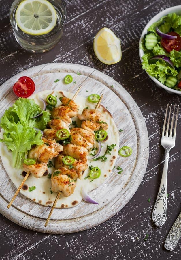 No espeto da galinha e salada do legume fresco em uma tortilha caseiro imagem de stock royalty free