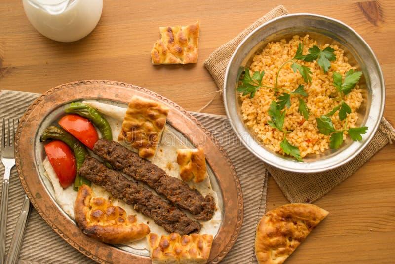 No espeto de Adana do turco com arroz e ayran do bulgur foto de stock royalty free