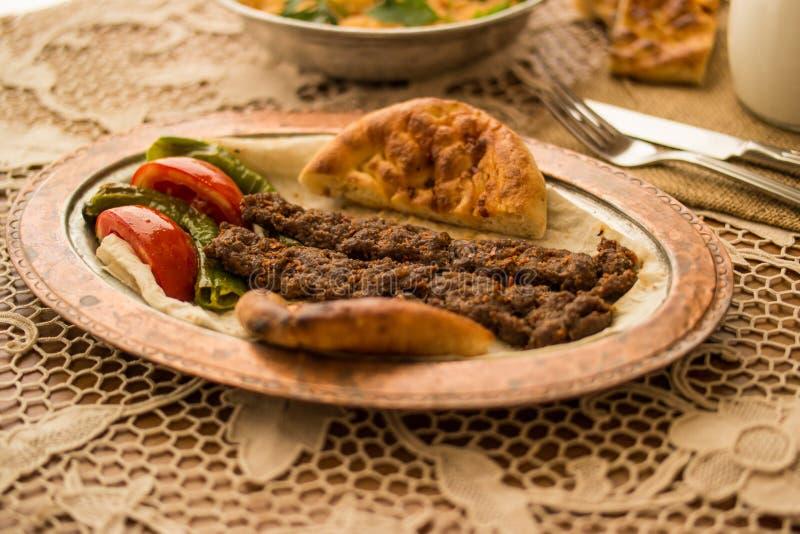 No espeto de Adana do turco com arroz e ayran do bulgur fotos de stock