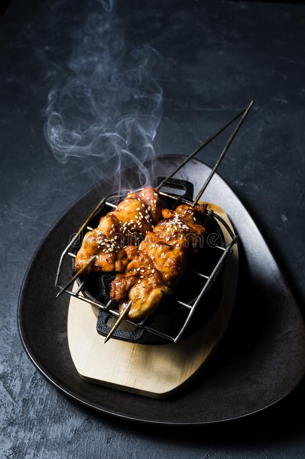 No espeto grelhado da galinha, fundo preto, vista superior fotografia de stock royalty free