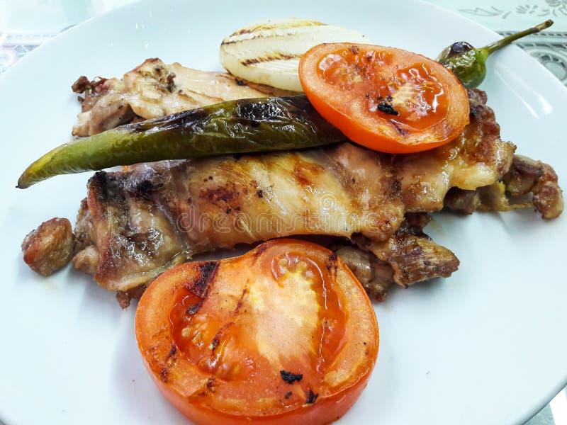 No espeto grelhado turco da galinha com cebolas, tomates e pimenta / Kebap foto de stock royalty free