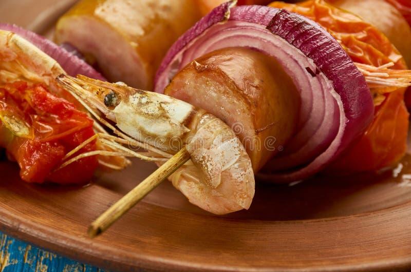 No espeto grelhados do camarão e da salsicha de Andouille imagem de stock