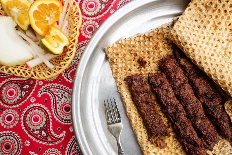 No espeto iraniano do alimento com pão tradicional foto de stock