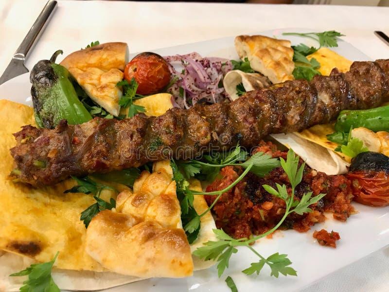 No espeto/Kebap turcos de Adana com Flatbread no restaurante oriental imagens de stock royalty free