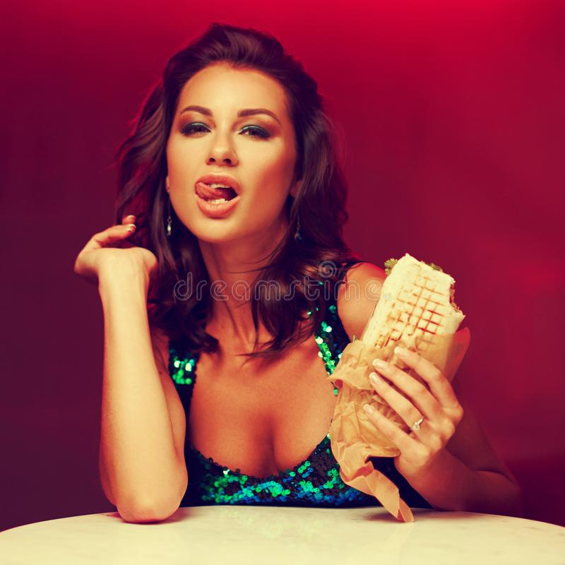 No espeto lindo comer da mulher no clube noturno fotografia de stock royalty free