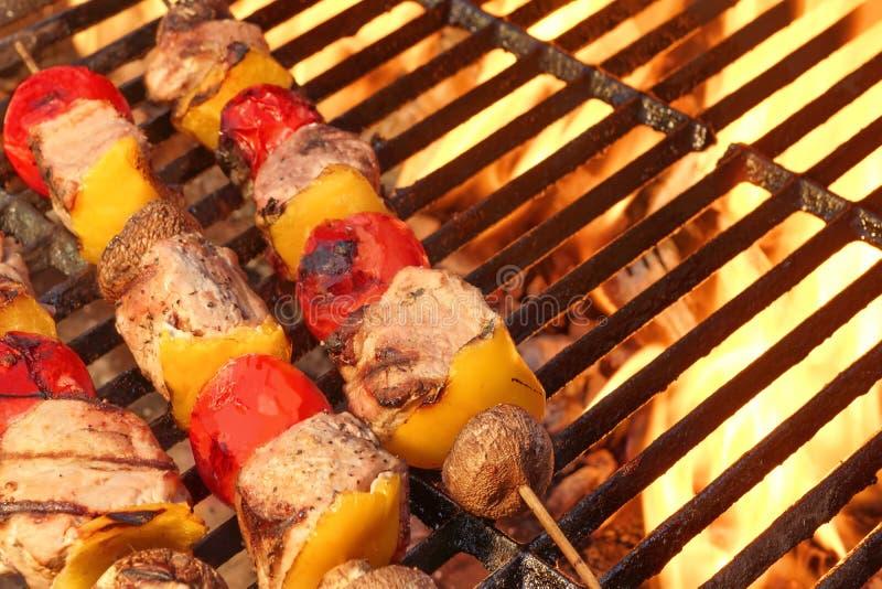 No espeto misturados da carne e do vegetal na grade quente do BBQ fotos de stock royalty free