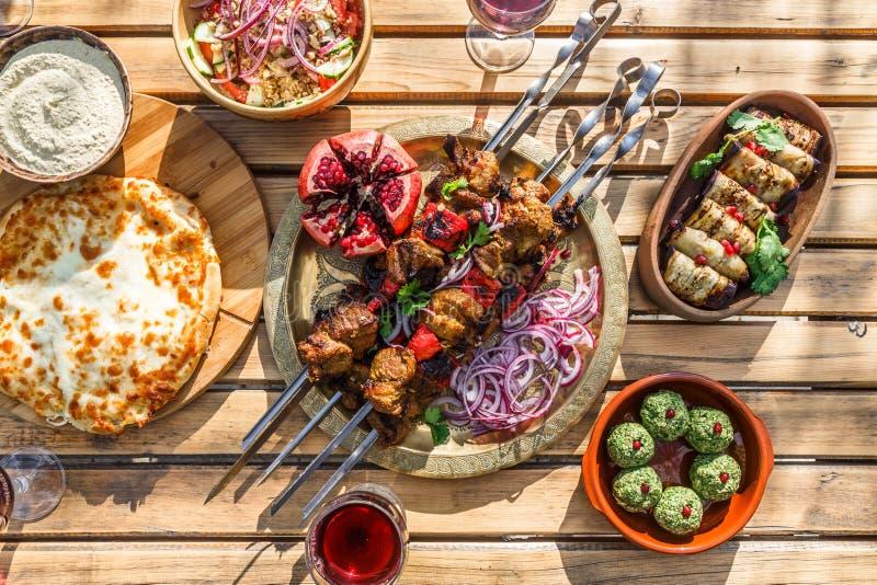 No espeto ou shashlik, espetos grelhados da carne, prato georgian tradicional, vista superior imagens de stock