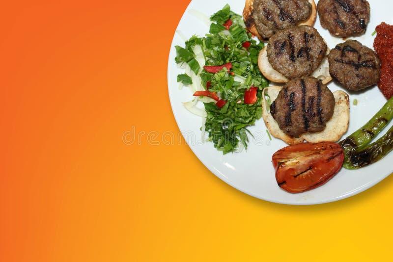 No espeto tradicional turco delicioso Kofte com o tomate grelhado nas almôndegas brancas da placa fotografia de stock
