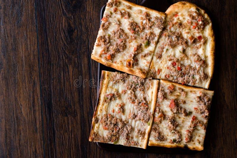 No espeto tradicional turco e árabe de Ramadan Bread Sliced Etli Ekmek com da carne Pide ou do Lahmacun Kebap na madeira o serviç foto de stock