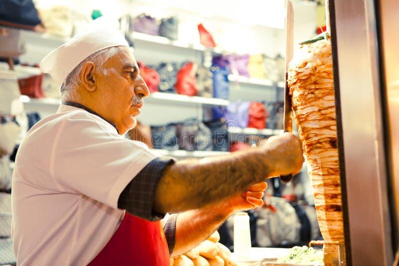 No espeto turco dos cozinheiros e das vendas do homem fotos de stock