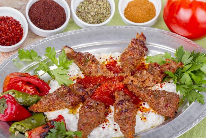 No espeto turco e árabe do alimento com iogurte fotos de stock