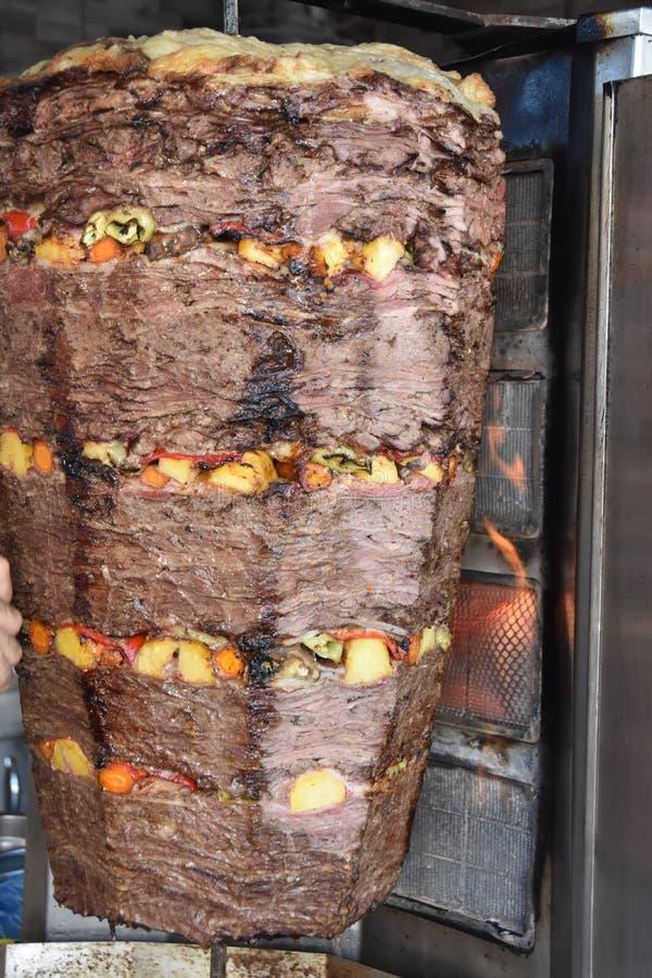 No espeto turco tradicional do doner em um calor, fora fotografia de stock royalty free