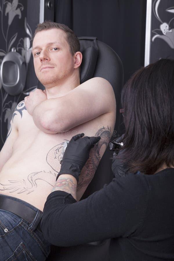 No estúdio do tatuagem imagens de stock royalty free