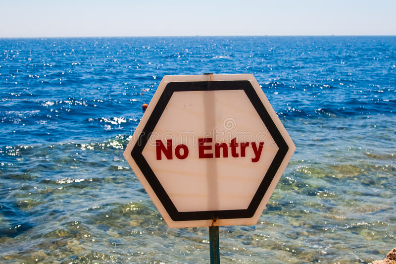 No firme ninguna entrada instalada en una playa arenosa imágenes de archivo libres de regalías