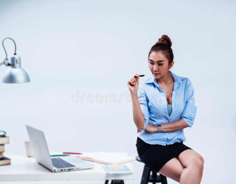 No foco seletivo da mulher de negócio está trabalhando no escritório, preto da posse à disposição, olhando na tabela o portátil,  foto de stock royalty free